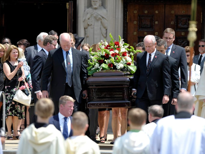 Pall bearers the carry the casket of Gordie Howe to
