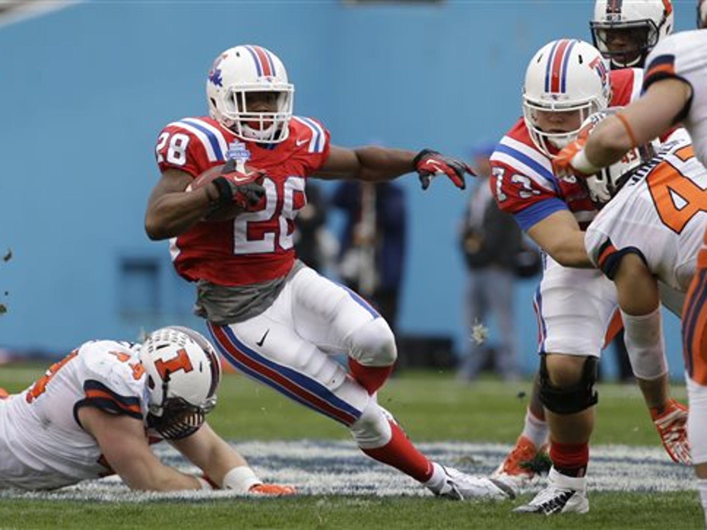 Louisiana Tech running back Kenneth Dixon (28) beats