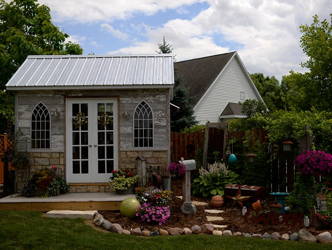 Shabby chic Green Bay gardening shed