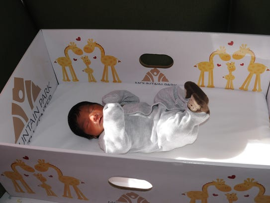 "El bebé Angel, descansa placidamente en su ""Baby Box""."