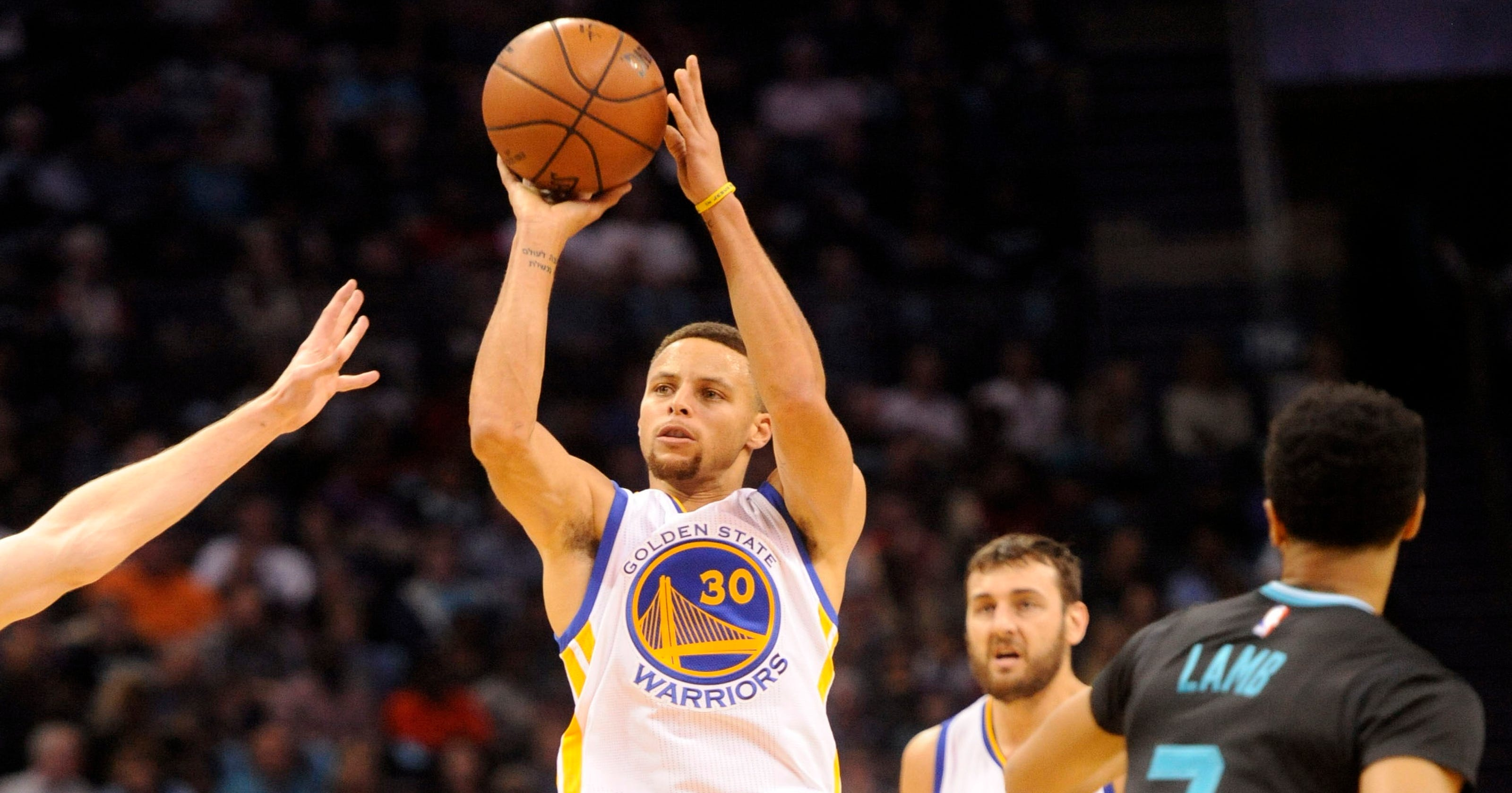 f5a6393db377 Stephen Curry catches fire to lead Warriors past Hornets for 20-0