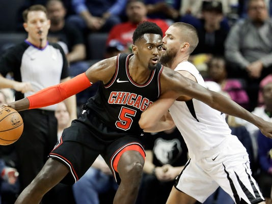 Chicago Bulls forward Bobby Portis (5) drives against Memphis Grizzlies' Chandler Parsons in the first half of an NBA basketball game Thursday, March 15, 2018, in Memphis, Tenn. (AP Photo/Mark Humphrey)