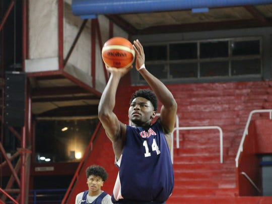 Isaiah Stewart at the free-throw line during a scrimmage