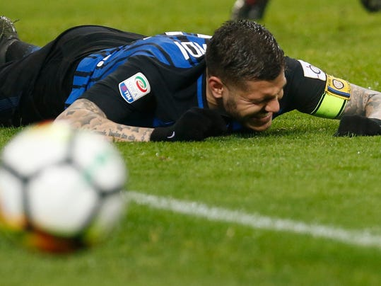 Inter Milan's Mauro Icardi grimaces as he misses a chance to score at the last minute during an Italian Serie A soccer match between AC Milan and Inter Milan, at the San Siro stadium in Milan, Italy, Wednesday, April 4, 2018. (AP Photo/Antonio Calanni)