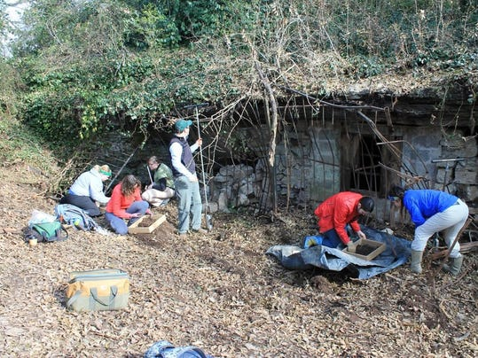 04-MTSU students and TDOA personnel excavating outside the cave