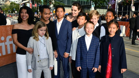 Angelina Jolie Brings All Of Her Kids To Toronto Film Festival - Dad entertains 5 kids
