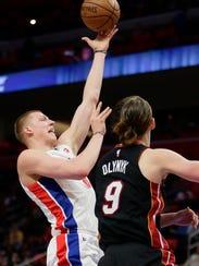 Detroit Pistons forward Henry Ellenson (8) goes to