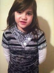 Ciana, de 6 años, tiene ojos café y cabello castaño.