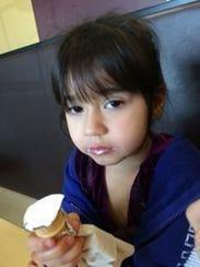 La niña Analiyah tiene 4 años, ojos café y pelo negro.