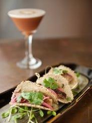 Tacos de panza de cerdo con tortillas de harina de
