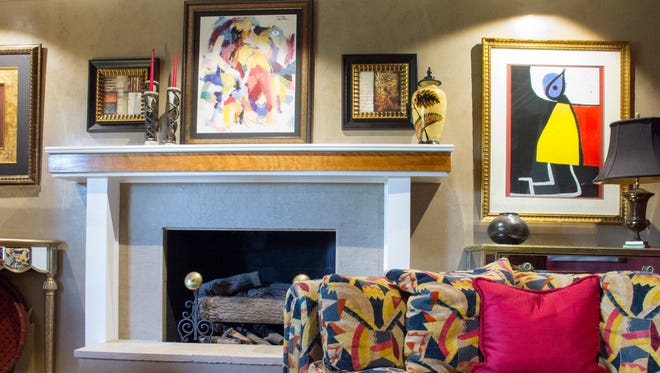 As a professional designer, Leslie Cosper enjoys mixing both colors and textures. In the living room, she covered the walls with Venetian plaster and added a strip of wood to the fireplace mantel to create a greater sense of depth, then combined furnishings with wood, metal, fabric, leather, and even mirrored surfaces.