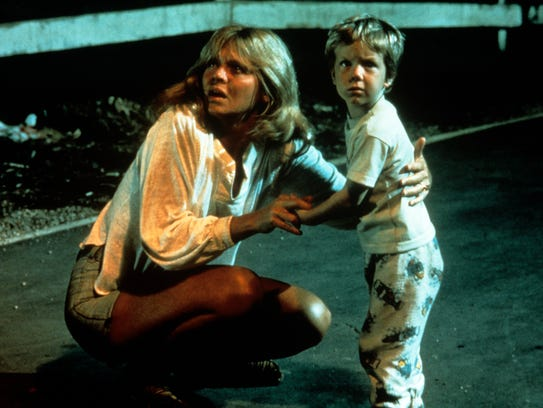 Melinda Dillon and Cary Guffey encounter aliens near