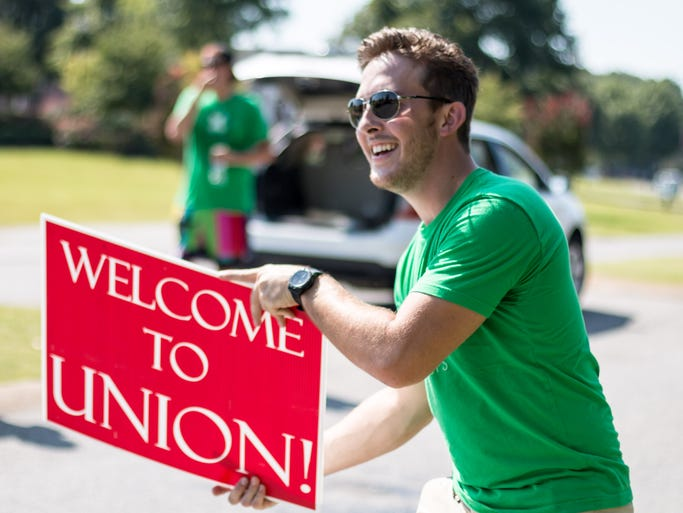 Life Group Leaders welcome new students to campus during Union University's move in day