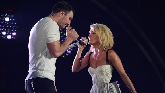 "Carrie Underwood and Sam Hunt performing ""Heartbeat"""