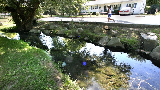 ORG XMIT:  STREAMS 2 bt Hill STREAMS OF PROVIDENCE:  Pleasant Valley Brook brings a bit of country life to the city as it meanders its way along Pleasant Valley Parkway in Providence./The Providence Journal/Bob Thayer photo John Hill story