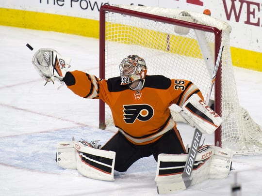 Flyers' Steve Mason reaches for a deflected puck against Washington Wednesday night in Philadelphia.