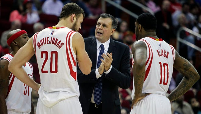 Rockets coach Kevin McHale talks with big men Donatas Motiejunas and Tarik Black on Dec. 3.