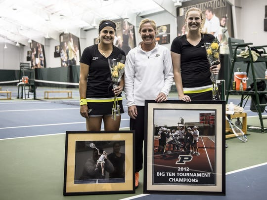York Suburban tennis state champ Laura Glitz (center)