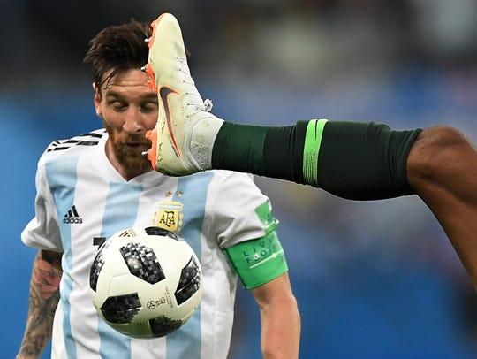Lionel Messi fue duramente golpeado por los nigerianos.