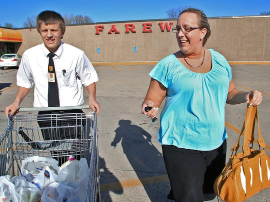 Fareway Foods grocery chain, which is known for its customer service, will begin selling meal kits on Monday in 39 of its stores.