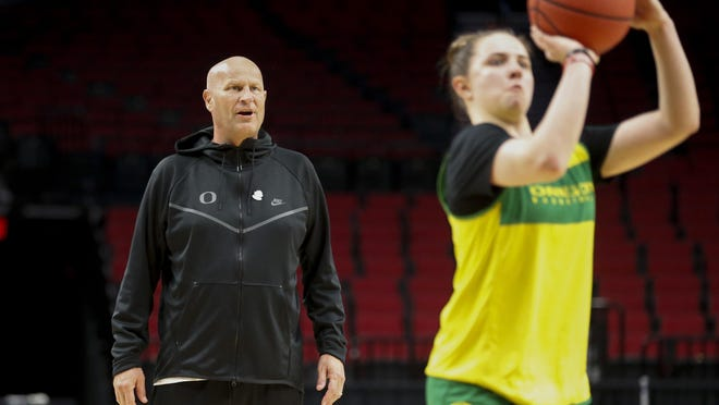 Oregon coach Kelly Graves watches as Morgan Yaeger shoots during a practice for the 2019 NCAA Tournament at Moda Center in Portland. [Andy Nelson/The Register-Guard] - registerguard.com
