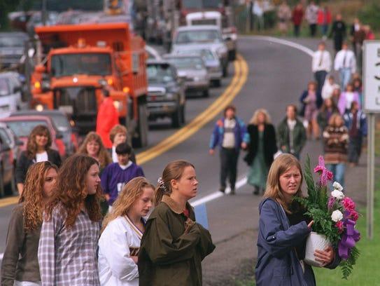 -  -dc 10-13-96, 12a Hundreds make their way down Peru