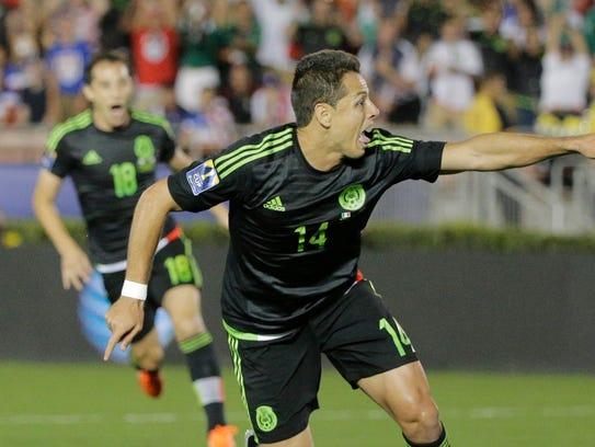Javier Hernandez celebra su gol.