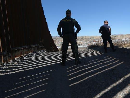 Agentes de la Patrulla Fronteriza supervisan el área