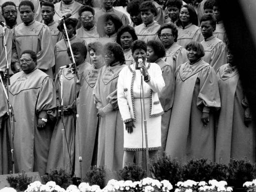Aretha Franklin sings before the papal speech by Pope