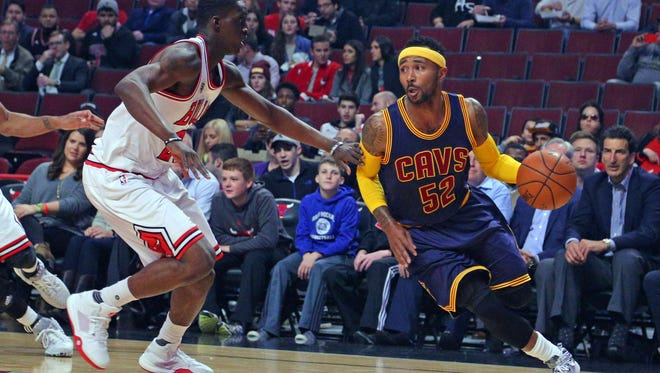Cleveland Cavaliers guard Mo Williams (52) drives against Chicago Bulls forward Tony Snell (20).