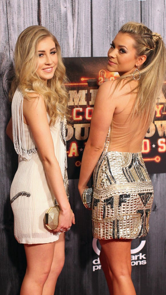 Maddie and tae shania twain weve looked up to shaniatwain for as long as we can remember cant believe we got to meet her ahh picitteryj8ubgnvuk m4hsunfo