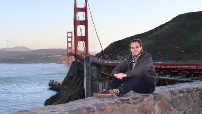 A picture circulating on the Internet and social networks purportedly shows Germanwings co-pilot Andreas Lubitz in front of the Golden Gate Bridge in California.
