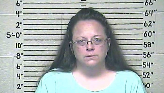 epa04911995 A Carter County Detention Center handout image released 03 September 2015 shows Rowan County Kentucky Clerk Kim Davis in a booking photo after being put in jail for contempt of court for refusing several court orders to start issuing marriage licenses in Rowan County, Kentucky, USA, 03 September 2015. The US Supreme Court ruled in June 2015 that gay couples had a constitutional right in the US to get married.  EPA/CARTER COUNTY DETENTION CENTER