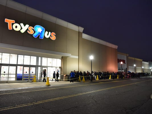 Thanksgiving night shopping at Toys R Us