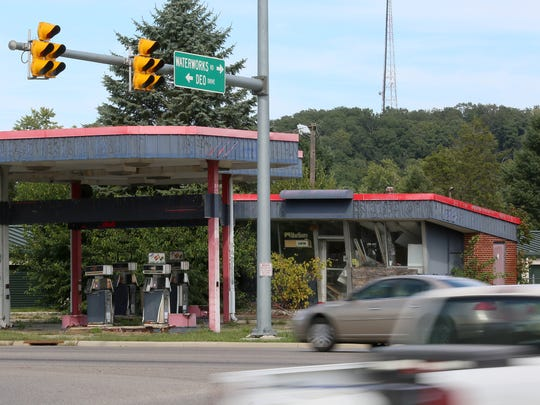 Vacant gas station at intersection of Mount Vernon,