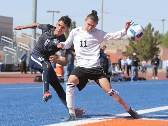 Del Valle's Victor Raddilla sneaks a centering pass