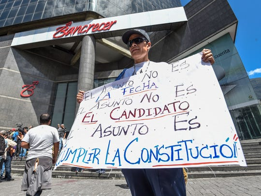 Hombre protesta contra Nicolás Maduro.