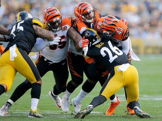 Pittsburgh Steelers running back Le'Veon Bell (23) is stopped by Cincinnati Bengals free safety George Iloka (43) on a run in the first quarter.
