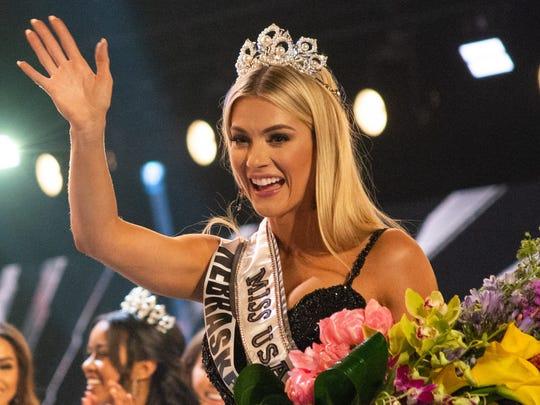 Miss Nebraska, Sarah Rose Summers, is crowned Miss