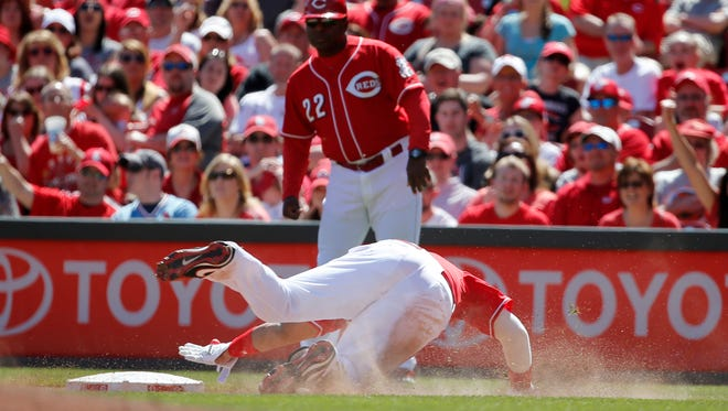 Cincinnati Reds catcher Brayan Pena (29) reaches for first base after hitting a bunt single in the seventh inning during the game against the St. Louis Cardinals, Sunday.
