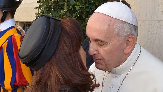 La mandataria sudamericana llegó atrasada y cojeando a su reunión con el Papa.