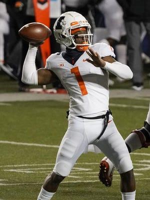 Illinois backup quarterback Isaiah Williams throws a pass on Oct. 23. Illinois plays Purdue on Saturday.