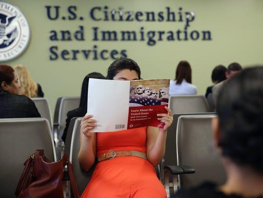 Una persona estudia antes de ser entrevistada por autoridades del USCIS.
