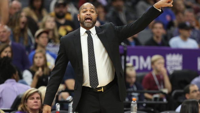 Grizzlies coach J.B. Bickerstaff motions to his players during the first half Sunday against the Kings.