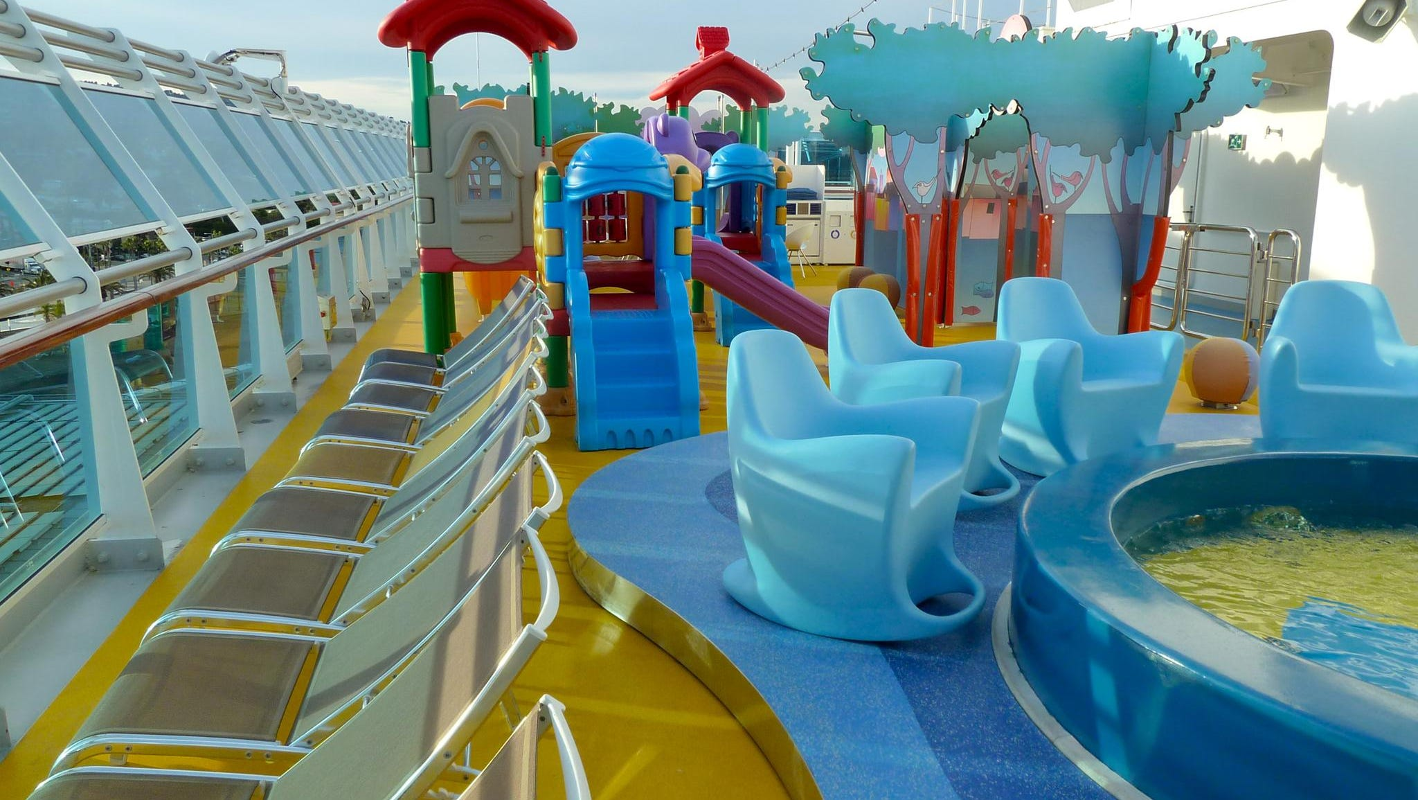 On the port side of Fuxia Deck, adjacent to the radio-mast housing, there is an outdoor space for children called Lido Squok, which has a wading pool and playground.