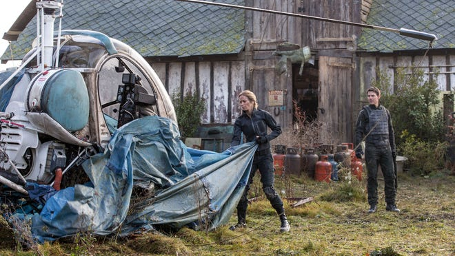 """Emily Blunt as Rita and Tom Cruise as Cage in the science fiction thriller """"Edge of Tomorrow."""""""
