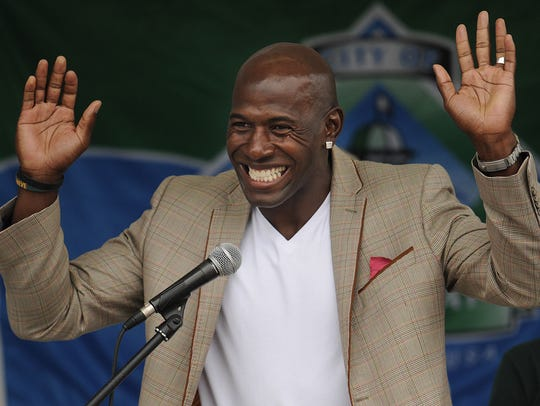 Retired Green Bay Packers receiver Donald Driver acknowledges
