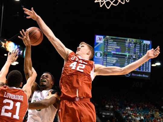Poeltl defends against Oregon's Elgin Cook in the Pac-12
