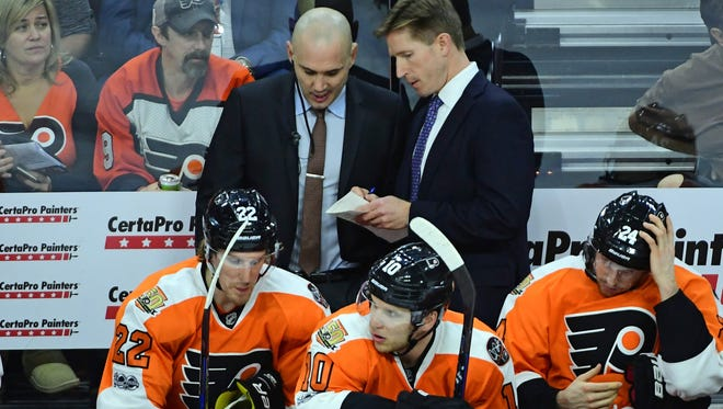 Flyers coach Dave Hakstol, back right, kept his lineup nearly the same Friday from what it was before the bye week.