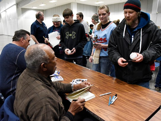 Former Twins players Kent Hrbek  and Tony Oliva sign